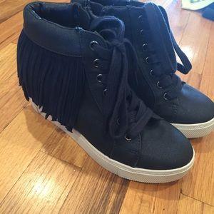 Steve Madden Navy sneakers like new size 4 girls
